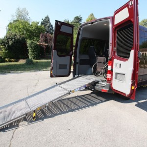 Mercedes Sprinter Passo Medio Rampa manuale ripiegata in tre parti Movia
